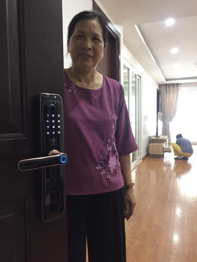 Nhà có trẻ nhỏ và người già có nên sử dụng khóa cửa thông minh ?